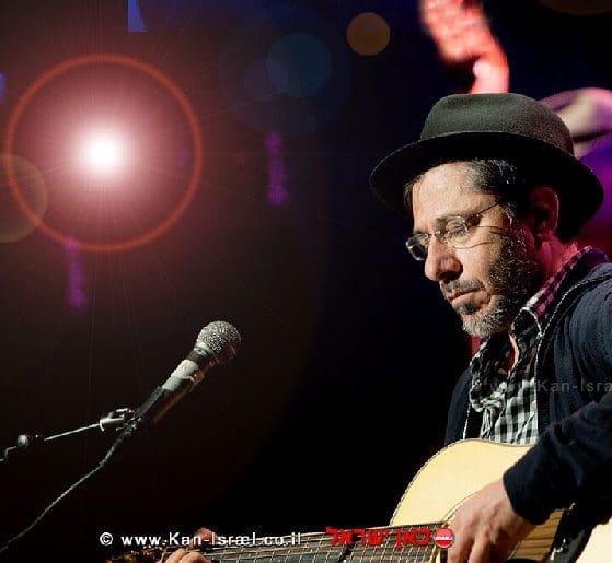 הזמר מאיר בנאי זכרו לברכה, ערב מחווה לזכרו 'כמה אהבה' בבית אבי חי בירושלים | צילום:דוד וינוקור | עיבוד צילום: שולי סונגו