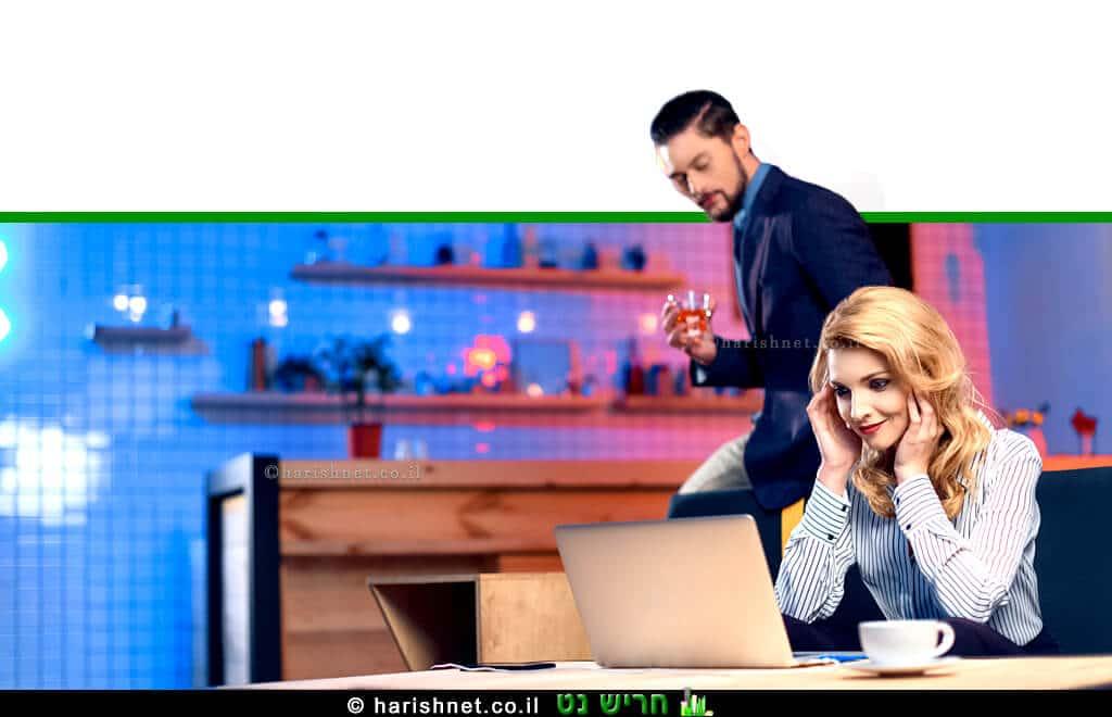 גבר צעיר שותה אלכוהול עם אישה בביתם | עיבוד ממחושב: שולי סונגו©