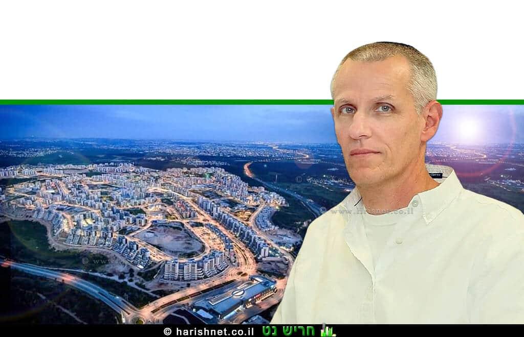 עורך דין יעקב קוינט מנהל רשות מקרקעי ישראל ברקע: מבט מעל חריש | צילום: ר.מ.י ו-צילום חריש: משבש |עיבוד ממחושב: שולי סונגו©